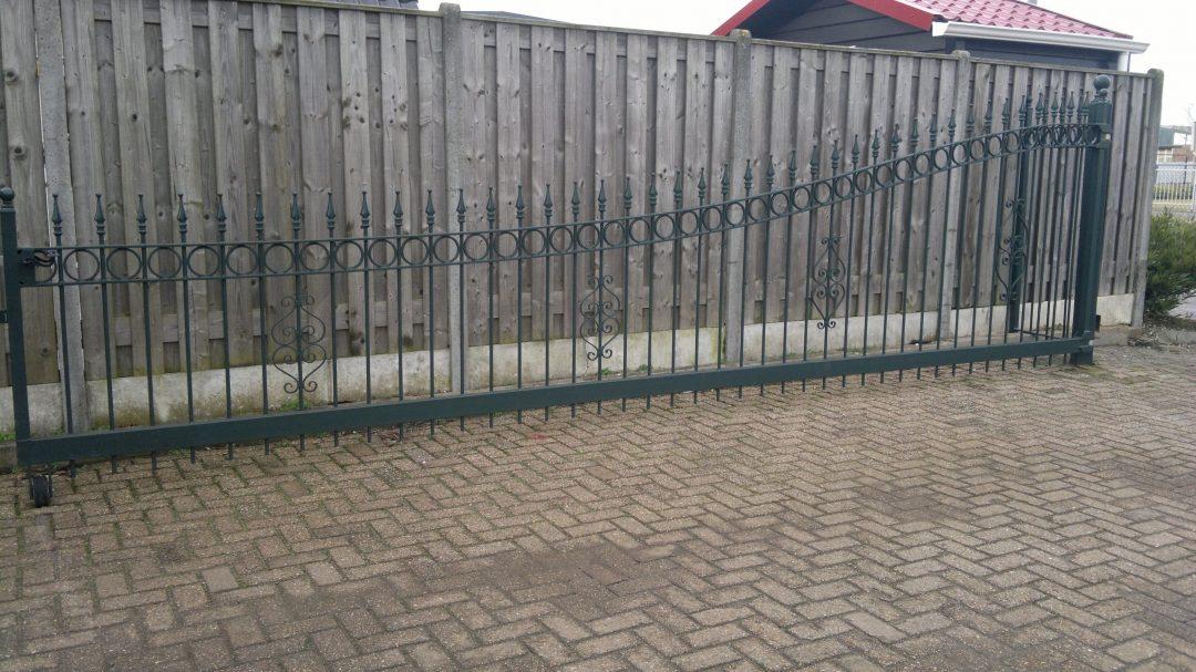 Stalen poort van poedercoating voorzien