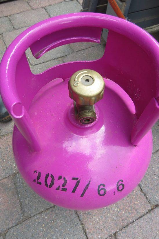 De aansluiting van de gasfles Bij een nieuwe fles zit er een beschermdopje op Verwijder dit dopje eerst